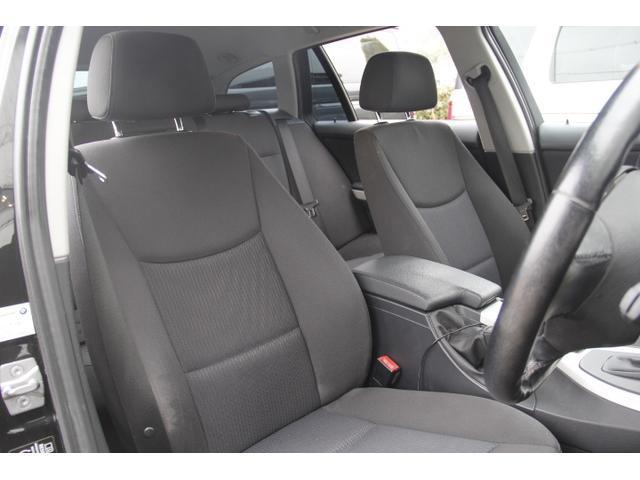 シートはファブリック素材です。レザーシートと比べ運転中に体が滑る事は無く、安定感のあるドライブをお楽しみください。