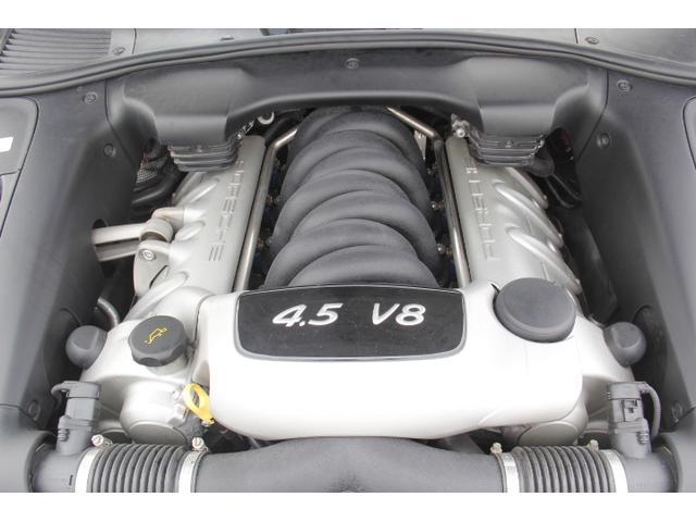 4.8リッター自然吸気のV8エンジンは街中から高速道路まで非常に乗りやすい。スロットルペダルを踏み込めばレスポンスの良さに虜になってしまいます。全回転域で滑らか。シュワーーーンと気持ちよく回ります。