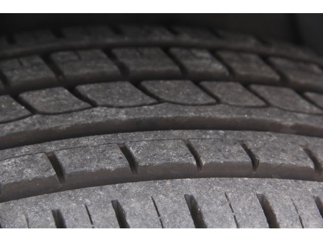 タイヤのトレッドの状態は良好で、当面の交換は不要です。