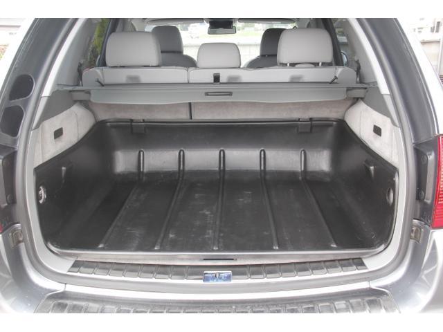 荷室には絨毯の保護にも一役買う便利なフロアカバーを装備しています。脱着も可能です。積載量に応じて使い分けて下さい。
