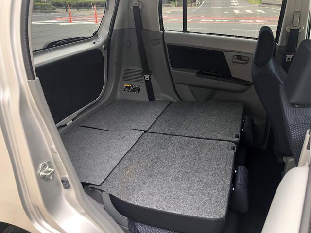 後部座席の背もたれを倒せば、フラットになるので、大きな荷物も積めるようになりますよ♪