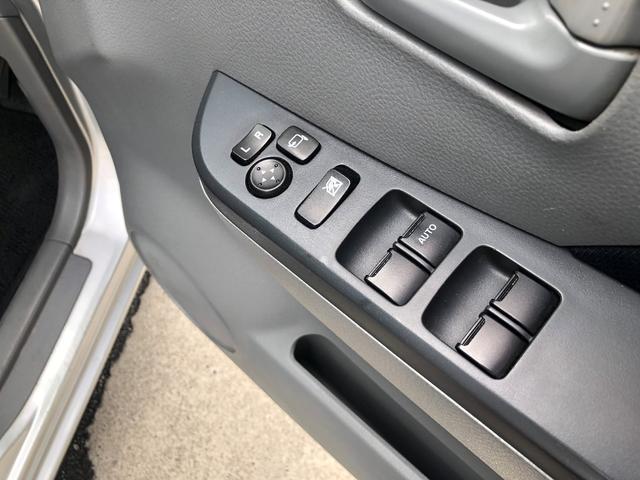 電動格納式ドアミラーと、全席パワーウインドウのスイッチになります