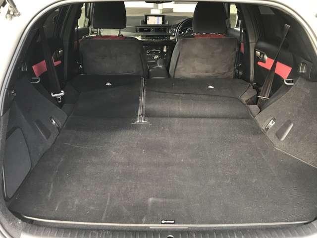 後部シート背面を倒すと、大容量のスペースを確保できます。