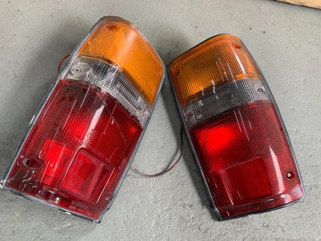 左ヒビ有。リアテールASSYでは部品手に入りませんがトヨタ部品で純正レンズは入手できます。