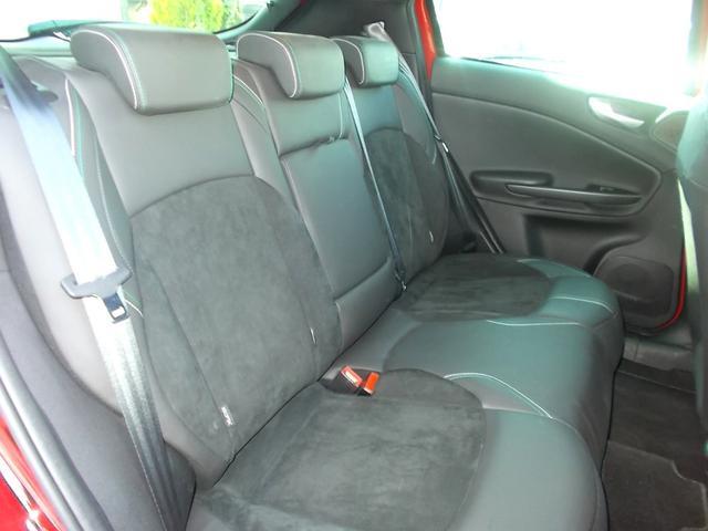 充分な広さを持つ後席空間。アルファロメオ車の中でもかなりの空間を持ちます。