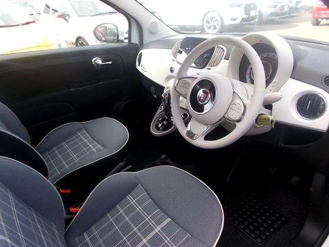 アイボリーを基調とした室内空間は柔らかい印象を与え、FIAT500のイメージを鮮やかに彩ります。