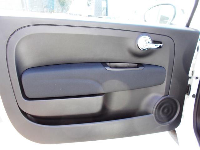 助手席ドア。3ドア車の欠点となるドアの重さを感じることなく、剛性を確保する絶妙な重量に設定されています。