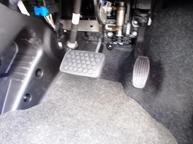 ペダル配置。フットレストもしっかり完備されており、長時間の運転でも疲れないでしょう。