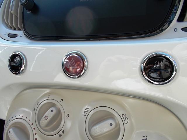 インパネ中央にデザインにも寄与する3つのスイッチが。緊急時にも大切なハザードスイッチは車体の中央にございます。