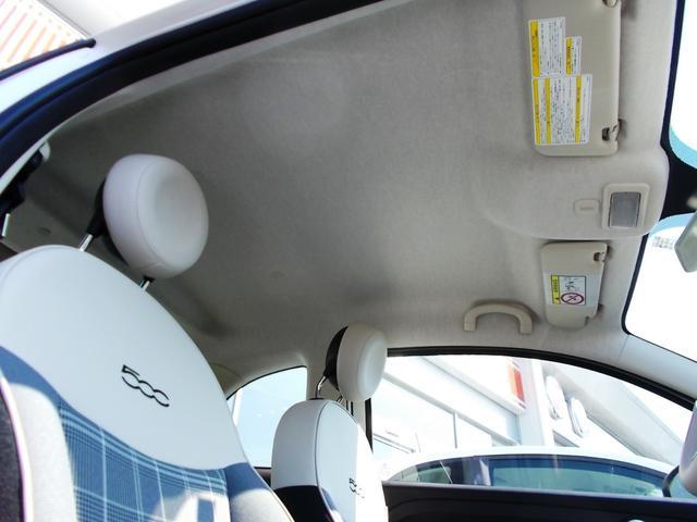 天張りまでアイボリー系で統一されています。明るい発色の内装ですので解放感が車内の広さを感じさせてくれます。