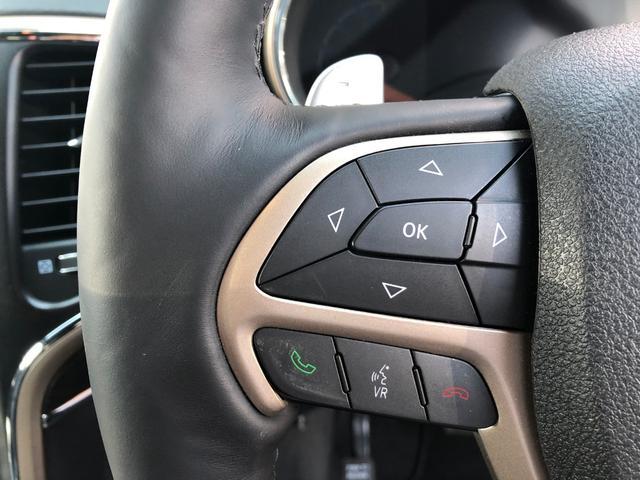 ステアリング左側のボタンは、メーターパネル中央部のモニタ操作をするボタンです