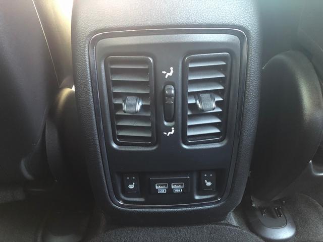運転席わきの肘置き、後側にはエアコンの吹き出し口など装備も充実