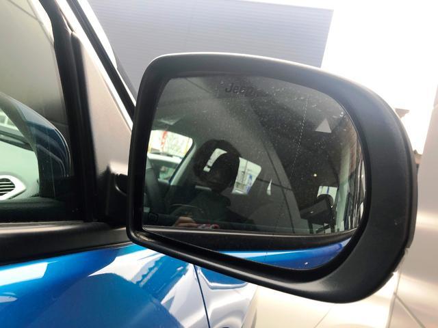 ブラインドスポットモニター!死角にいる車を教えてくれます!危険な車線変更を防止してくれます。ミラーはJEEPのロゴ入りで映る映像をかわいく見せてくれます!