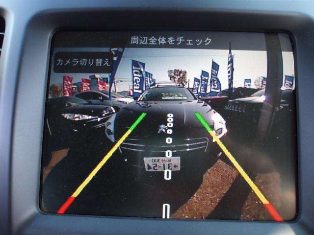 バックカメラ画面では、ガイドライン表示もあり、駐車も安心です。