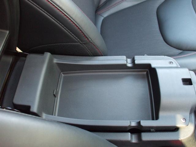 ひじ掛け&収納スペースには、小物入れに最適です。
