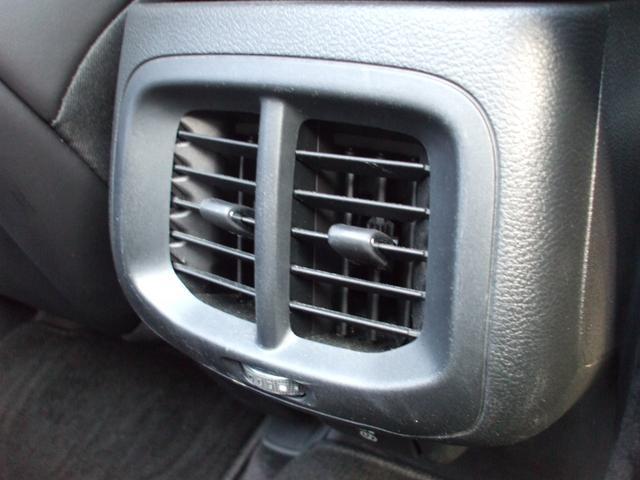 リアシート用エアコン送風口で後部座席の方も快適です。
