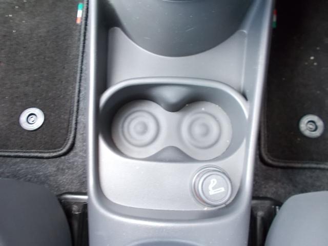 前席に2つ分、後席に同様に2つ分のドリンクホルダーがございます。