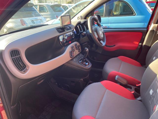 イタリア車ならではの遊び心に富んだ内装デザイン。