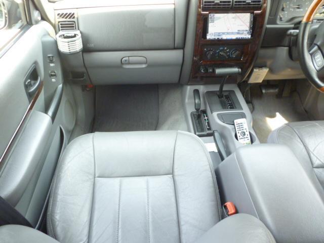 運転席、助手席はパワーシート標準装備です。
