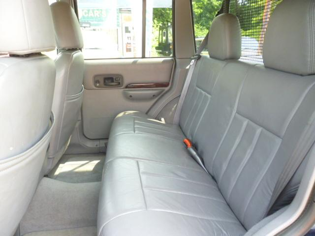 後部席はアメ車特有のフカフカシートです。家庭用ソファーの様な座りごこちです。