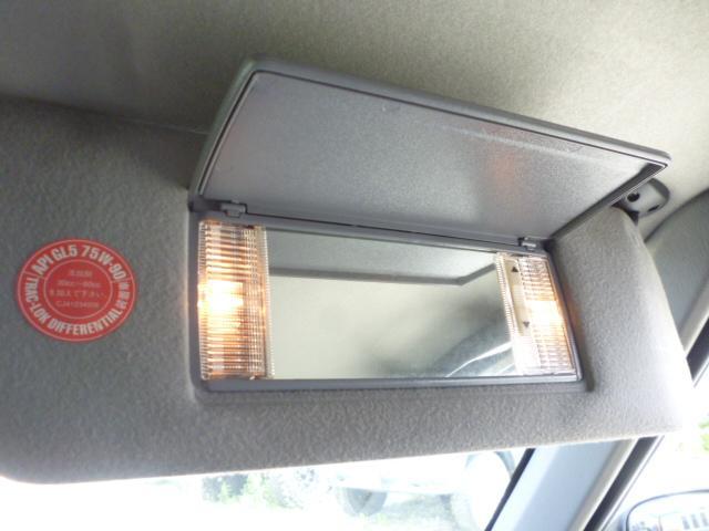 サンバイザーは調光ライト付きです。