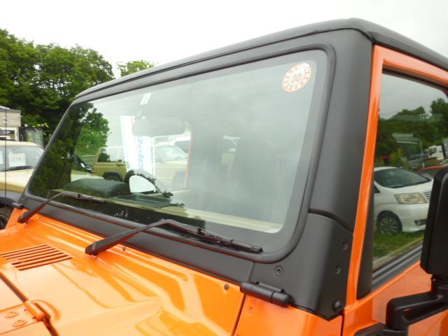 JEEPの最大の魅力は近年の車には無い直線的なデザインです。