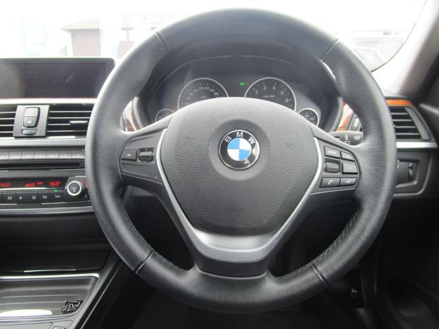 握りやすく、快適なドライビングへと導いてくれるステアリングです。