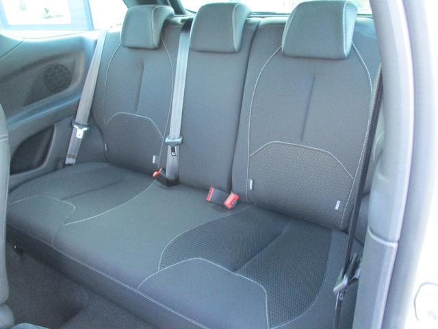 コンパクトながらゆとりのある後席シート!