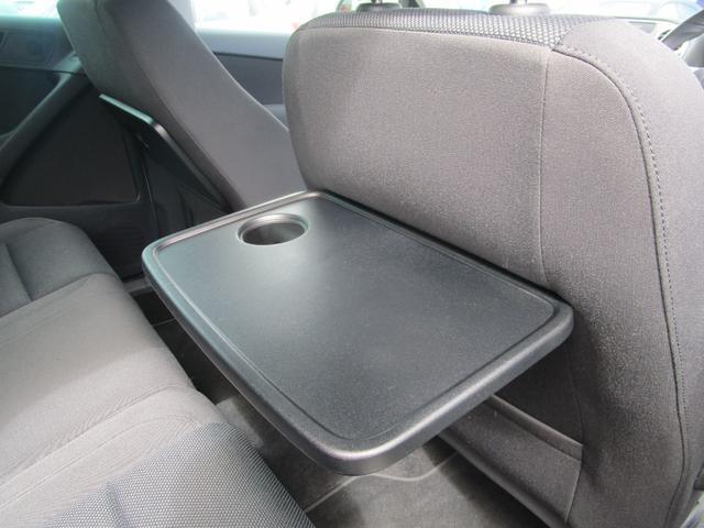 後席には簡易テーブルも装備しております。