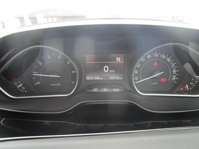 中央にスピードメーターがデジタル表示される見やすいメーターです。