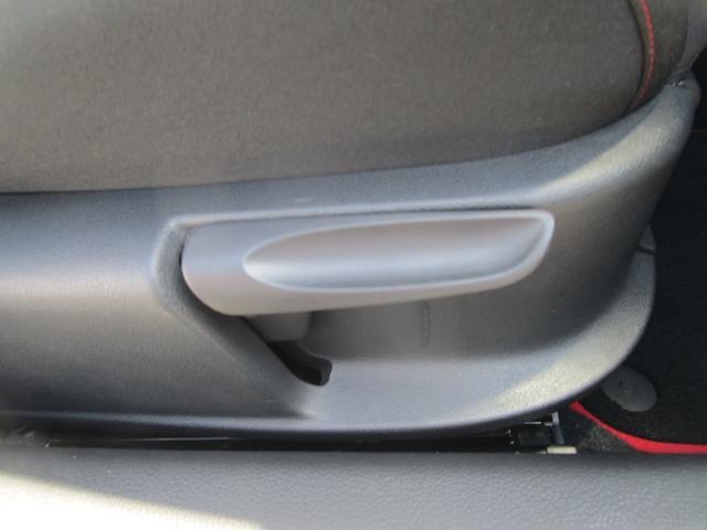 運転席はシート高も調整可能!