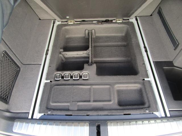 トランクの下は収納スペースになっております。