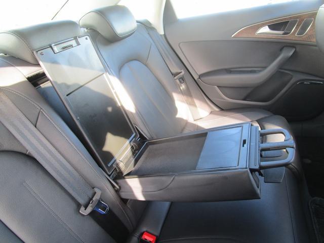 リヤシートのアームレストにはドリンクホルダーが完備です。