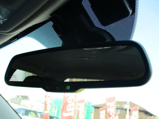後続車のヘッドライトの明るさを抑制する自動防眩ミラーです。
