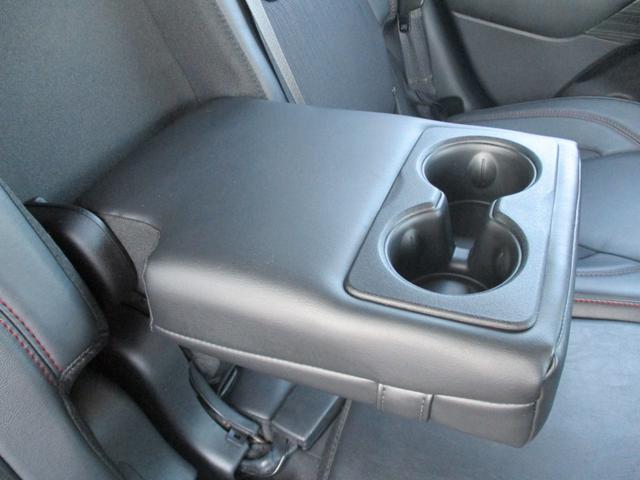後部アームレスト・ドリンクホルダー付で後部席も快適にお過ごしいただけます。