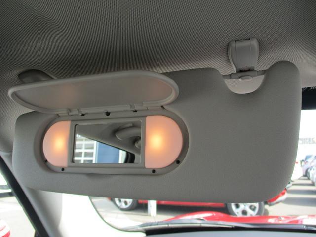 助手席側にも照明付きバニティミラー!