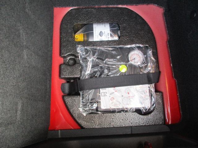 難しい手間なく応急処置が可能なパンク修理キットがついております。