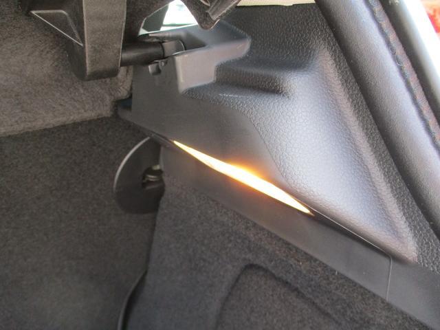 暗い所での開閉に役立つラゲッジランプ付き!