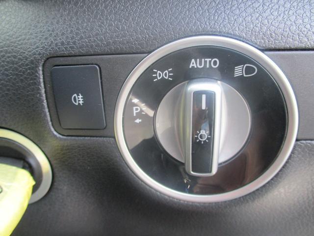 ヘッドライトの操作はこちらから。オートライト搭載でトンネルでも自動点灯。