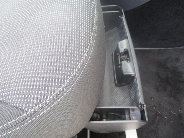 運転席足元にある収納スペース!