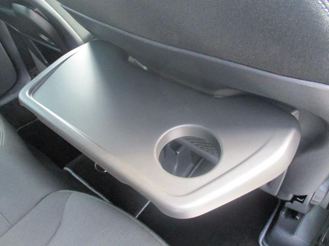 運転席・助手席裏には、テーブルが付いております!