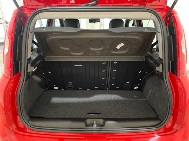 ラゲッジスペースはクラスでは広めな225Lを確保!大事な荷物もトノカバーでしっかり目隠し。
