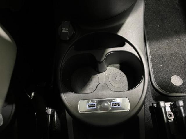 フロントドリンクホルダー、USBコネクタ