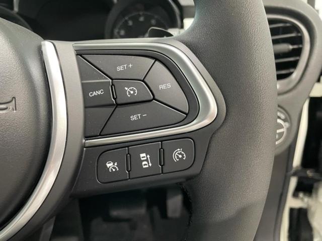 ステアリングには高速道路で便利なアダプティブクルーズコントロールのスイッチがついています。