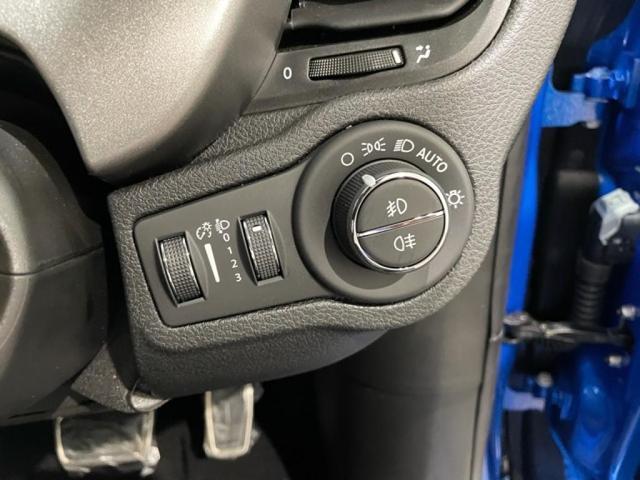 ライトはオールLED。ヘッドライト光軸補正コントローラー付