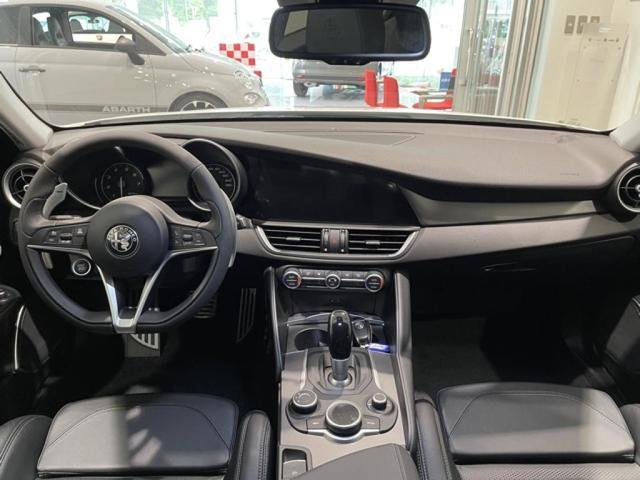 レザーステアリングや革巻きのシフトレバー、ロータリパッドなどのスイッチ操作が運転席からしやすいように配置されています。
