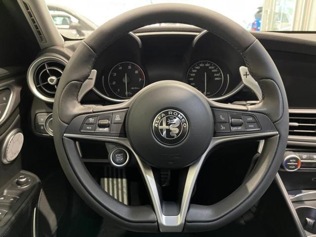 オーディオコントローラー付きスポーツレザーステアリング。ステアリングヒーター装備で、冬のドライブも快適に楽しめます。