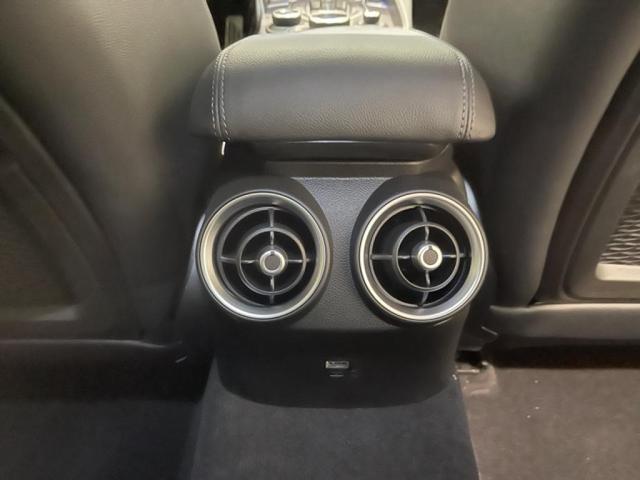 後席エアコン吹き出し口。後席でも自由に調節可能です。