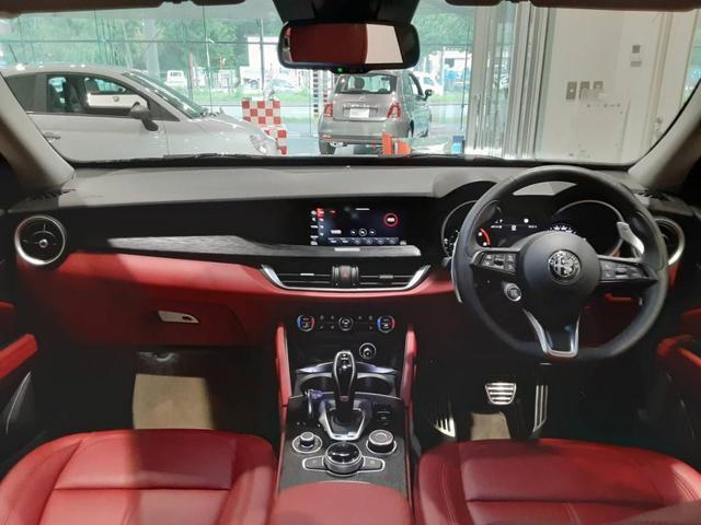 レザー仕立てのシートやダッシュボード、つや消しアルミニウムのインサートなど、上質な車内空間が広がります。