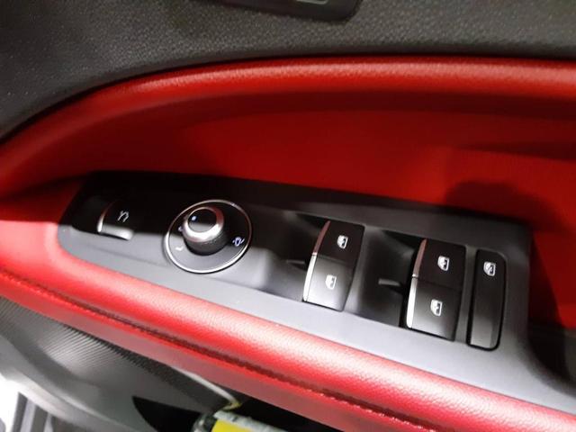 ウィンドウの開閉やドアミラーの格納、ラゲッジルームの開閉など、運転席右横にスイッチが集約されています。
